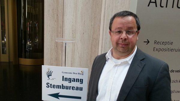 Sander Terphuis bij het stembureau Den Haag