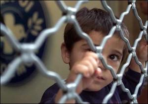 kind achter hek
